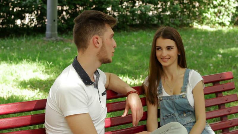 Um rapaz namorando com uma garota